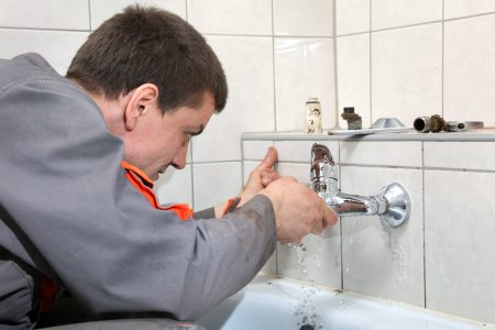 How to Fix a Leaky Bathtub Faucet (13 Easy Steps)