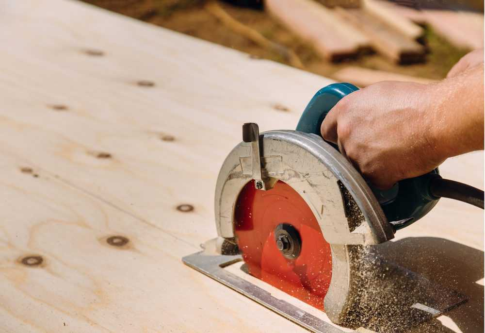 Cutting wood with a worm drive saw