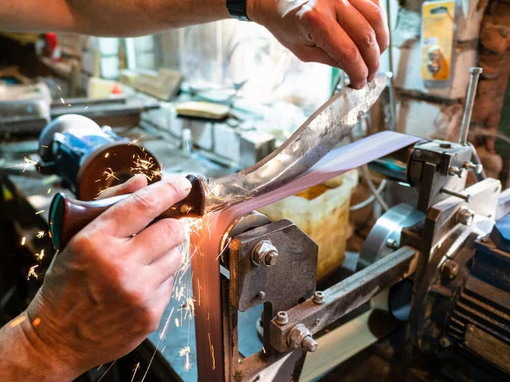 Sharpening knife on belt grinder