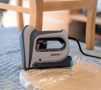 Electric staple gun for fixing upholstery