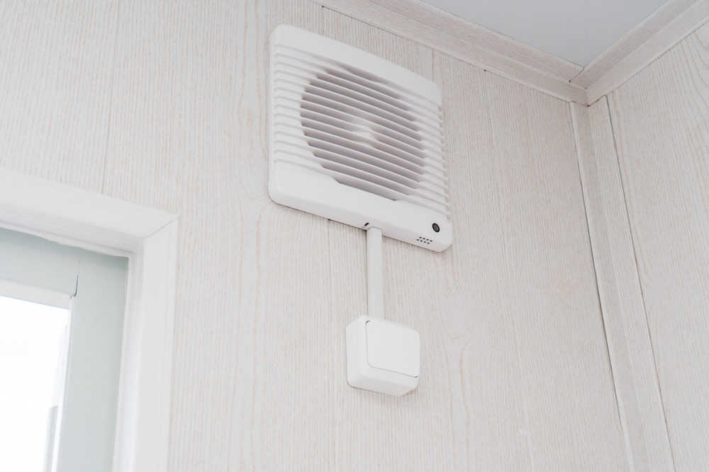 Bathroom exhaust fan with humidity sensor