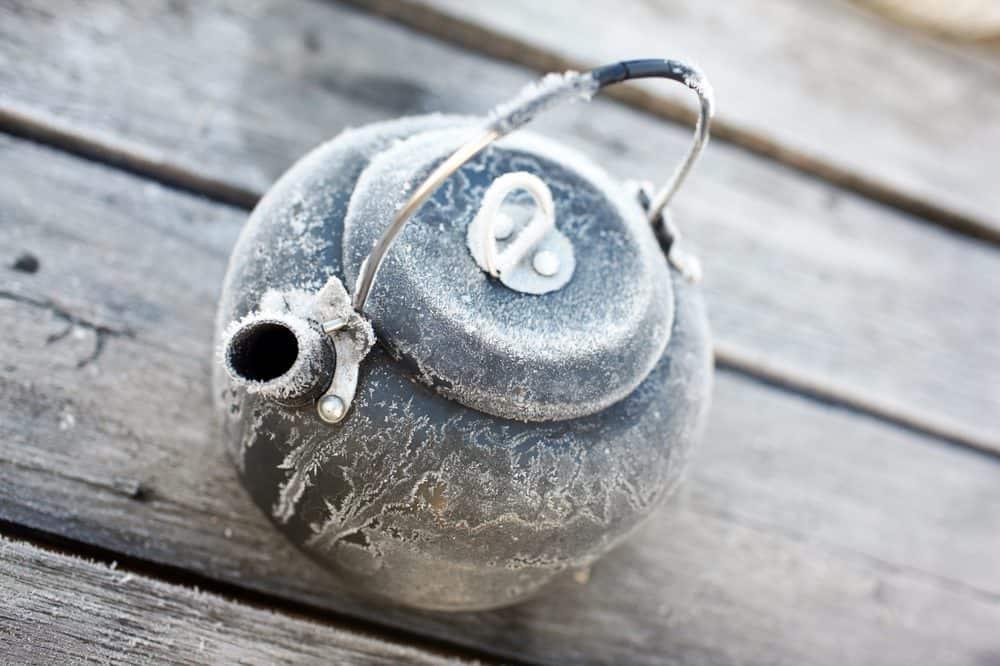 Frozen hot water kettle