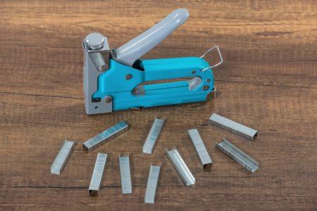 Loading staples into a manual staple gun
